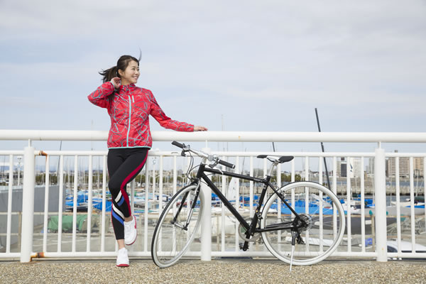 江ノ島でサイクリングする佐野真彩さん